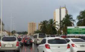 [Chuva causa congestionamento na Av. Paralela; confira o trânsito ]