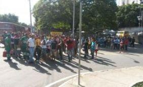 [Vídeo: servidores da Transalvador arrastam banheiro químico e bloqueiam trânsito]