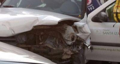 Batida envolvendo carro de hospital deixa feridos e trânsito travado em Nazaré