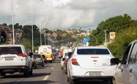 [Obras e buracos na pista complicam trânsito na região da BR-324]