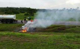 [BR-324: carro capota e pega fogo em grave acidente próximo a Águas Claras]
