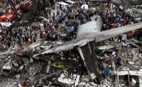 [Avião militar cai em zona residencial na Indonésia com 113 pessoas a bordo]