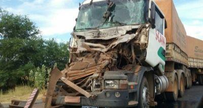 Acidente envolvendo dois caminhões deixa ferido na BR-242, em Brejinhos