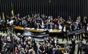 [Após manobra de Cunha, Câmara aprova nova PEC da redução da maioridade]