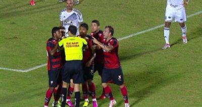 Jogadores do Vitória acusam árbitro de mentir sobre lances polêmicos
