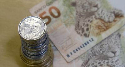 De olho no Reino Unido: dólar volta a operar em alta, cotado a R$ 3,39