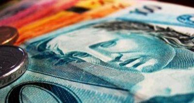 Pela primeira vez em quase 1 ano, dólar cai e fecha a R$ 3,30