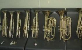 [Oito instrumentos musicais com carimbo do MEC são encontrados em matagal]