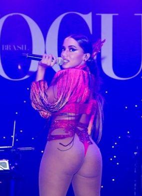 Anitta chama atenção com look