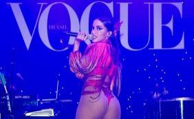 [Anitta chama atenção com look