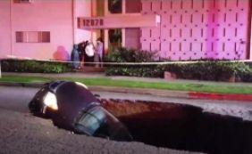 [Após forte chuva, cratera se abre e engole carros em Los Angeles; assista]