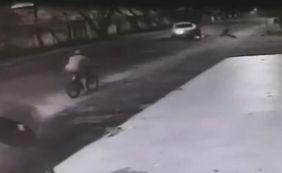 [Câmera flagra motociclista sendo arremessada após ser atingida por caminhonete]