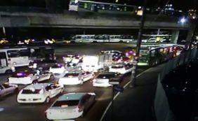 [Acidente entre carro e moto da PM causa congestionamento na Rótula do Abacaxi]