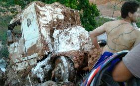 [Motorista morre após caminhão cair dentro de rio em Teixeira de Freitas]