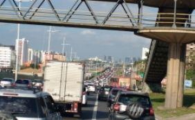 [Motoristas do Uber realizam carreata em Salvador; ato deixa trânsito lento]