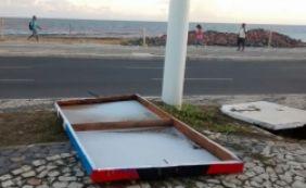 [Chuvas e ventos fortes derrubam placas de divulgação do Carnaval de Salvador]