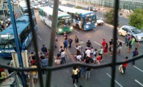 [Manifestantes bloqueiam entrada da rodoviária e causam retenção na ACM]