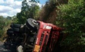 [Caminhão carregado com gasolina tomba e mata motorista na BA-052]
