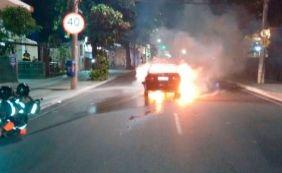 [Carro pega fogo no Rio Vermelho; causas do incêndio são desconhecidas]