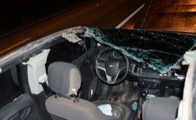 [Carro bate em caminhão e tem teto arrancado na BR-242 entre Barreiras e LEM]