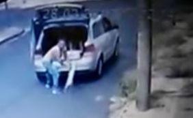 [Câmera flagra abandono de cachorro na rua e dona é presa; veja vídeo]