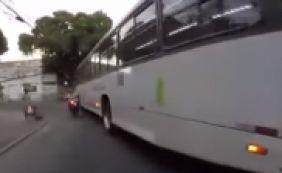 [Ônibus passa por cima de motociclista, que sobrevive ileso; veja vídeo]