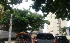 [Obras da Bahiagás deixam trânsito lento na rua Ceará, no bairro da Pituba]