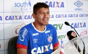 [Após eliminação, volante do Bahia é provocado por jogador do Paraná e 'pega ar']