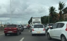 [Ônibus quebrado gera longo congestionamento na BR-324; confira o trânsito ]