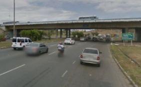 [Engavetamento envolvendo três carros deixa trânsito lento na Av. Paralela]