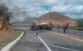 [Acidente entre carro e caminhão-tanque deixa quatro mortos na BR-116]