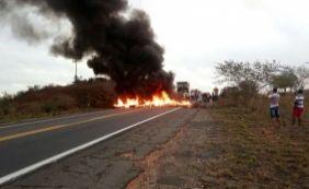 [Contra reforma da Previdência, manifestantes fecham BR-116 em Tucano ]