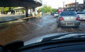 [Rompimento de adutora na Av. Vasco da Gama deixa dois bairros sem água ]
