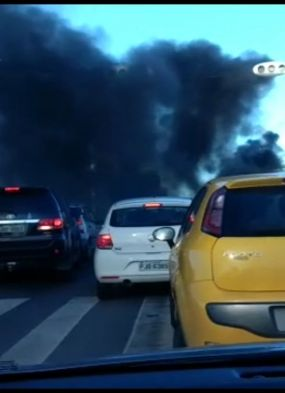Manifestantes tocam fogo e quebram carros na Paralela; veja vídeo