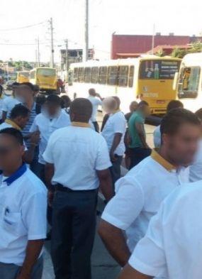 Rodoviários e passageiros bloqueiam os dois sentidos da Avenida Suburbana