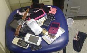[Polícia detém três pessoas e apreende 19 celulares após assalto a ônibus]