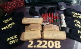 [Suspeito é detido com blusas falsas da Polícia Civil, drogas e armas]