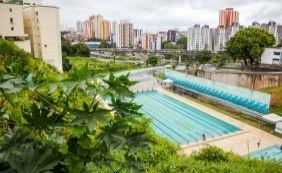 [Após um ano, piscina olímpica ainda tem arquibancadas e banheiros provisórios]