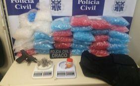 [Polícia apreende 32 trouxas de maconha e 30 mil pinos para armazenar cocaína]