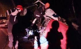 [Acidente entre carro e caminhão deixa três mortos na BA-093]