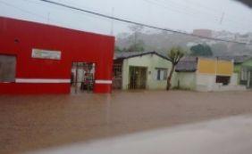 [Fortes chuvas alagam casas e ruas em Jequié; prefeito anuncia comitê emergencial]