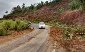 [BR-101 tem trecho fechado por deslizamento de terra entre Teixeira e Itamaraju ]