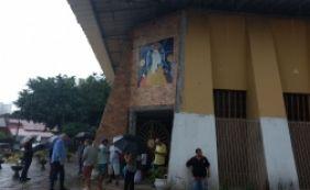 [Prefeitura erra local e padre barra entrada de vacinas na Vila Laura]