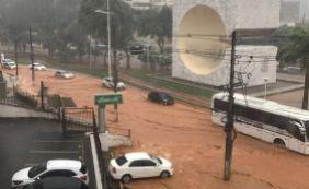 [Com forte chuva, Avenida Garibaldi é invadida por lama; veja vídeo]