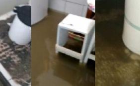 [Após reforma no Rio Vermelho, esgoto brota dentro de casas; veja vídeo]