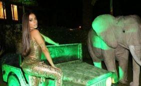 [Anitta faz festão de aniversário e rebola em cima de