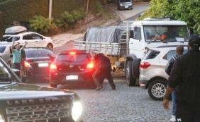 [Com faca, segurança de Justin Bieber fura pneu e depreda carro de fãs; veja]
