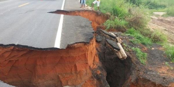 [Chuva: crateras interditam trecho da BR-020 no oeste do estado]