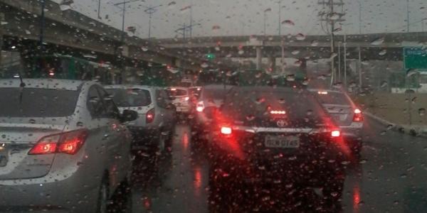 [Chuva volta a cair forte em Salvador e provoca alagamentos nas vias]
