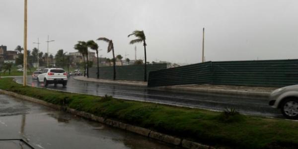 [Perigo para os motoristas: com chuva e vento, placas do Aeroclube se soltam]